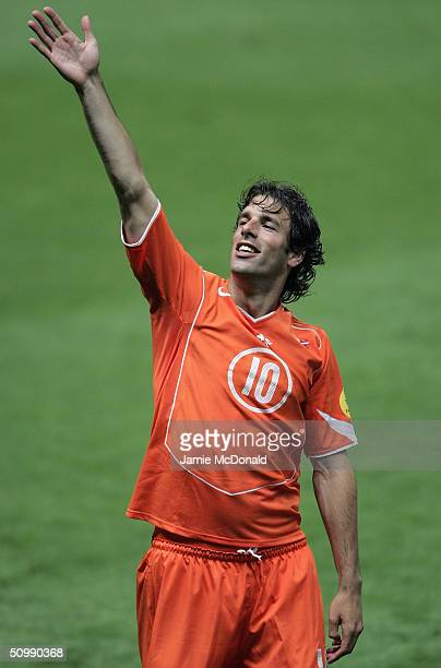 Rudd Van Nistelrooy of Holland applauds the crowd after the UEFA Euro 2004 Group D match between Holland and Latvia at the Braga Municiple Stadium on...