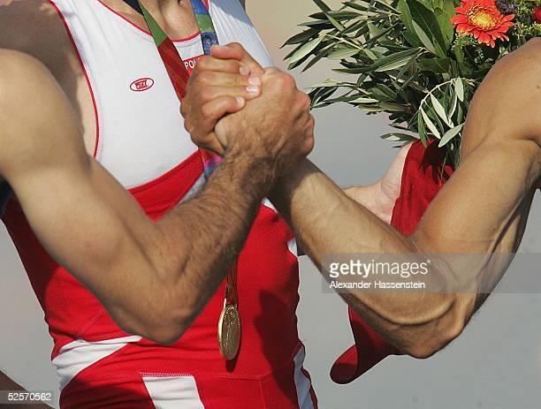 Rudern: Olympische Spiele Athen 2004, Athen; Leichtgewicht Doppelzweier/ Maenner; Gratulation unter Gewinnern: Der Bronzemedailien-Gewinner/ GRE...