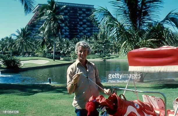 Rudi Carrell Acapulco Mexiko MittelAmerika Urlaub Golfplatz Golfwagen Golf caddy golfen spielen Schläger Palmen See Showmaster Entertainer Sänger