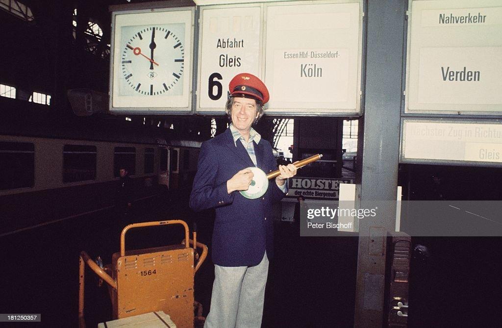Rudi Carrell als Zugschaffner, Vorab-Fotos zur ARD-Show 'Am lauf : News Photo
