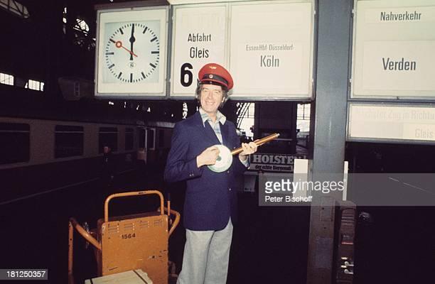 Rudi Carrell als Zugschaffner VorabFotos zur ARDShow Am laufenden Band Folge Bahnhof Bremen Deutschland SchaffnerMütze SchaffnerUniform Bahnhof...