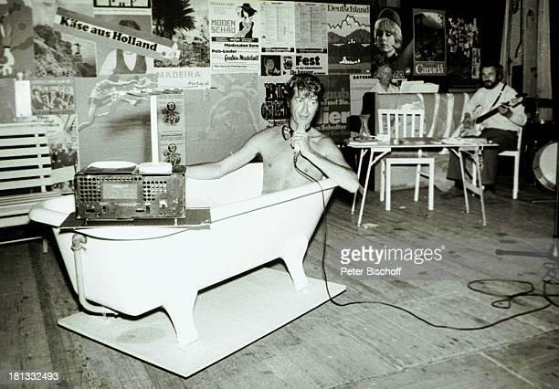 Rudi Carrell BackgroundMusiker BühnenTournee Käse aus Holland Thema In der Welt zu Gast Brühl Deutschland Bühne Auftritt Mikrofon sw schwarzweißMotiv...