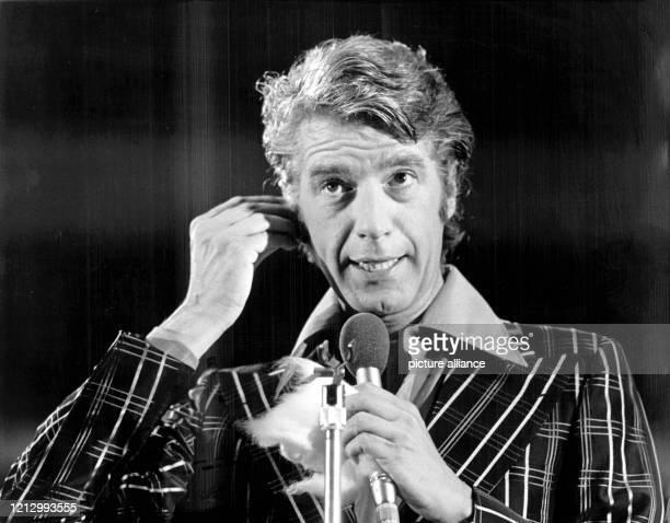 """Rudi Carrell bei der Probe zur Fernsehsendung """"POP 73"""" auf der Berliner Funkausstellung, aufgenommen am 4.9.1973. Am 20. Dezember 2002 nimmt Carrell..."""