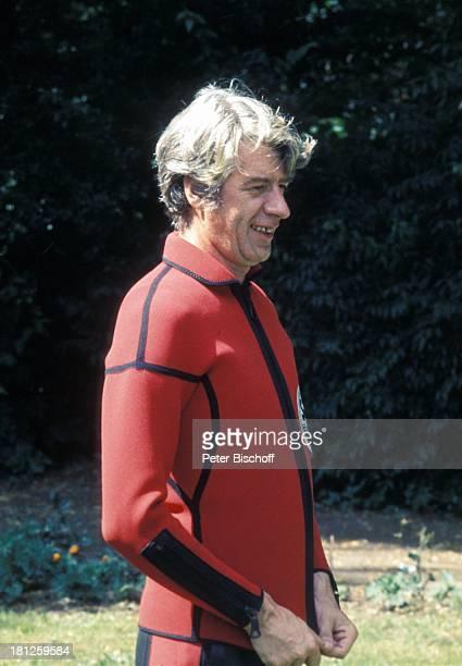 Rudi Carrell beim Windsurfen Wiese NeoprenAnzug Sänger Entertainer Schauspieler ComedyStar Promis Prominente Prominenter HD