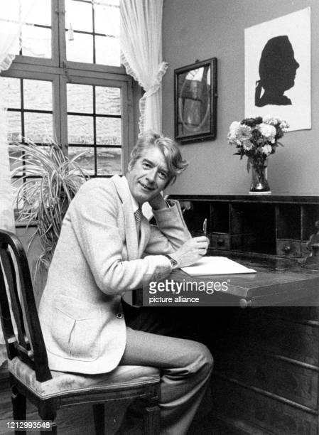 """Rudi Carrell besucht am 9.11.1978 Goethes Geburtshaus in Frankfurt. Sein neuester Schallplattentitel """"Goethe war gut..."""" stand bereits auf der Liste..."""