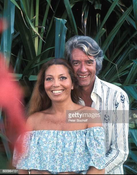 Rudi Carrell, Ehefrau Anke, Acapulco/Mexiko/Mittelamerika, , Umarmung, Blumen, Urlaub, Sänger, Entertainer, Schauspieler, Comedy-Star, Promi, Promis,...