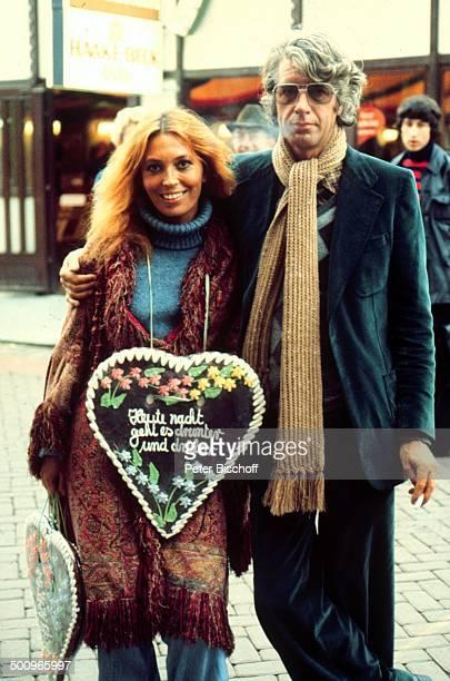 Rudi Carrell Ehefrau Anke Bremer Freimarkt Lebkuchenherz Brille Jahrmarkt Zigarette Showmaster Moderator Entertainer Promi BB Foto PBischoff Sc