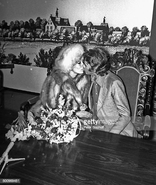 Rudi Carrell, Ehefrau Anke Carrell, Hochzeit in Bruchhausen-Vilsen, Deutschland, , Kuß, küssen, Blume, Blumenstrauss, Pelz, Mütze, Mikrofon,...