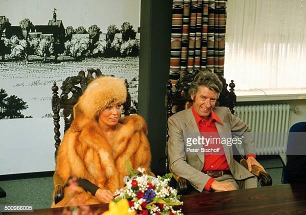 Rudi Carrell, Ehefrau Anke, Hochzeit, Standesamt; Bruchhausen-Vilsen, Blumen, Lachen, Fröhlich, Showmaster, Moderator, Entertainer, Promi, BB, Foto:...