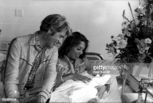 Rudi Carrell Ehefrau Anke Kesselaar Sohn Alexander Kesselaar Krankenhaus 'Links der Weser' Bremen Deuschland Krankenbett Wochenbett...