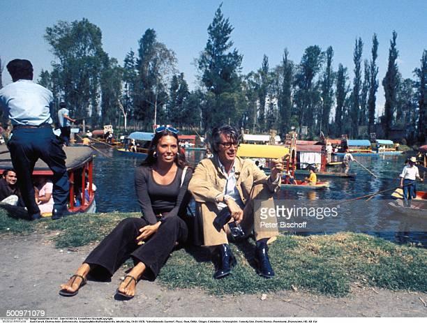Rudi Carrell Ehefrau Anke MexikoCity Mexiko Mittelamerika schwimmende Gaerten Xochimilco Fluss Boot Brille Tasche Showmaster Sänger Entertainer...