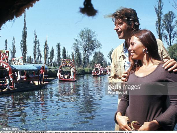 """Rudi Carrell, Ehefrau Anke, Mexiko-City, Mexiko, Mittelamerika, , schwimmende Gaerten """"Xochimilco"""", Fluss, Boot, Umarmung, Urlaub, Showmaster,..."""