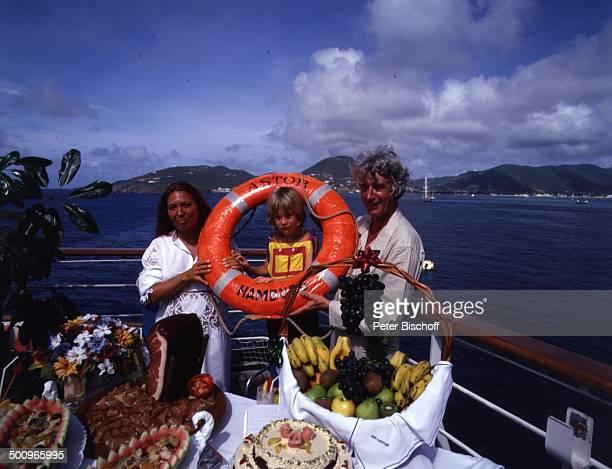 Rudi Carrell Ehefrau Anke Sohn Alexander am Rande der 'Traumschiff'Dreharbeiten ZDFSerie MS 'Astor' Kreuzfahrt Schiff Buffett Rettungsring Puerto...