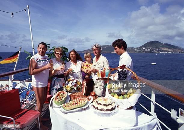 Rudi Carrell Ehefrau Anke Sohn Alexander Diether Krebs Ehefrau Bettina Steward am Rande der Dreharbeiten zur ZDFReihe 'Traumschiff' Folge 9 'Puerto...