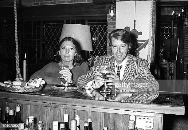 Rudi Carrell Freundin Anke Bobbert Homestory Belgien Europa Wohnzimmer sw schwarzweißMotiv Glas Getränk Entertainer Showmaster Sänger Schauspieler...