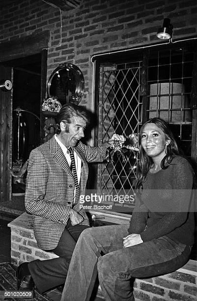Rudi Carrell Freundin Anke Bobbert Homestory Belgien Europa Wohnzimmer lachen fröhlich sw schwarzweißMotiv ärgern Entertainer Showmaster Sänger...