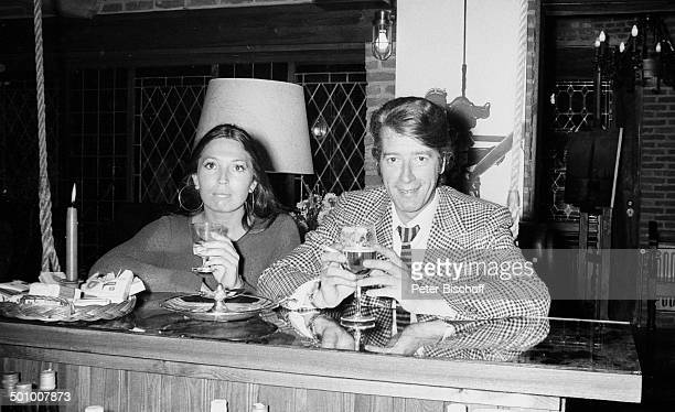 Rudi Carrell, Freundin Anke Bobbert, Homestory, Wohnzimmer, Belgien, Europa, , Bar, Getränk, Glas Bier, sw, schwarz-weiß-Motiv, Entertainer,...