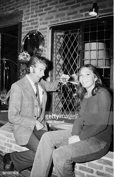 Rudi Carrell Freundin Anke Bobbert Homestory Wohnzimmer Belgien Europa sw schwarzweißMotiv ärgern Entertainer Showmaster Sänger Schauspieler Promi...