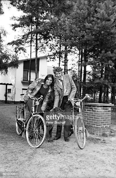 "Rudi Carrell, Freundin Anke Bobbert, Hund ""Boss"", Homestory, Belgien, Europa, , sw, schwarz-weiß-Motiv, Tier, Haustier, Setter, Fahrrad, Ausflug,..."