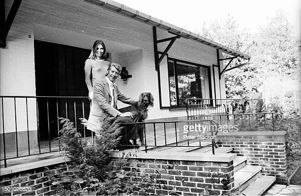 "Rudi Carrell, Freundin Anke Bobbert, Hund ""Boss"", Homestory, Belgien, Europa, , sw, schwarz-weiß-Motiv, Tier, Setter, Haustier, Entertainer,..."