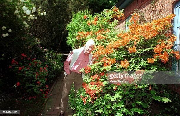 Rudi Carrell Homestory Wachendorf bei Syke/Deutschland Strauch Blumen Rhododendron PNr 482/2002 JH Foto Peter Bischoff