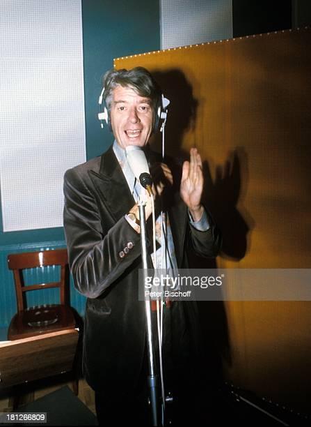 Rudi Carrell, im Tonstudio von Schlagerstar Ronny, Bremen, , Mikrofon, Kopfhoerer, klatschen, singen, Sänger, Entertainer, Schauspieler, Comedy-Star,...