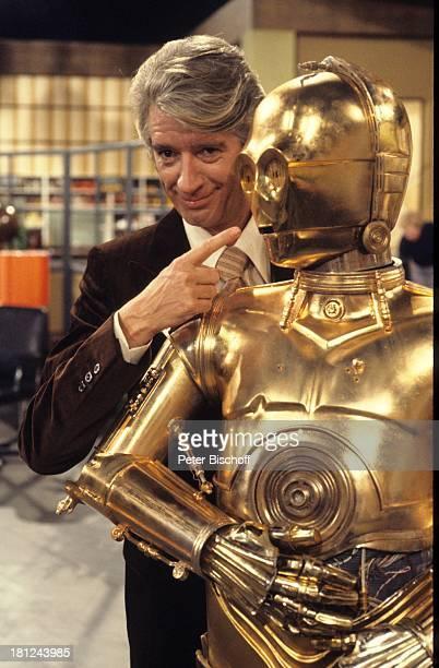 Rudi Carrell mit 'C3PO' ARDShow 'Am laufenden Band' Bremen MetallKostüm Mensch verkleidet als Roboter Verkleidung Showmaster Moderator