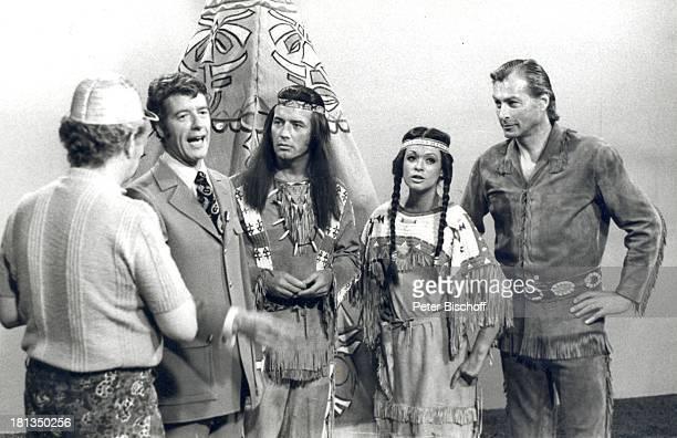 Rudi Carrell Pierre Brice Marie Versini Lex Barker ARDShow Rudi Carrell Show Folge 20 Schule IndianerOutfit Kostüm verkleidet Verkleidung Sänger...