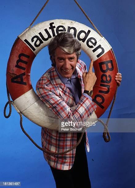 """Rudi Carrell, Porträt, geb.: 19. Dezember 1934,;Sternzeichen: Schütze, Bremen, Deutschland, , Rettungs-Ring mit Logo der ARD-Show """"Am laufdenden..."""