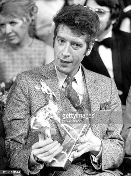 Rudi Carrell präsentiert am 18.2.1970 den an ihn verliehenen Silbernen Bambi. Am 20. Dezember 2002 nimmt Carrell Abschied vom Fernsehpublikum. Dann...