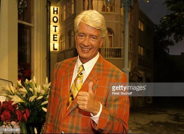 """Rudi Carrell, RTL-Show """"Die Post geht ab"""", , Bühne, Post, Daumen, Anzug, Krawatte, Schlips, Comedy-Star, Showmaster, Sänger, Schauspieler,"""