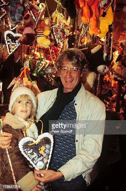 Rudi Carrell Sohn Alexander BremerFreimarkt Lebkuchenherz Brille Bude Jahrmarkt Kirmes Lachen Fröhlich Kind Kinder Showmaster Moderator Entertainer
