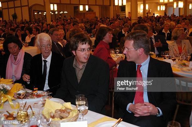 Rudi Carrell Sohn Alexander Carrell Christian Wulff Besucher Verleihung des MünchhausenPreises der Stadt Bodenwerder2005 Buchhagen bei Bodenwerder