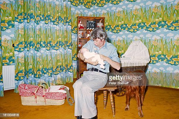 Rudi Carrell Sohn Alexander Carrell Homestory Wachendorf Syke bei Bremen/Deuschland Baby Säugling Kind Vater NuckelFlasche füttern trinken...