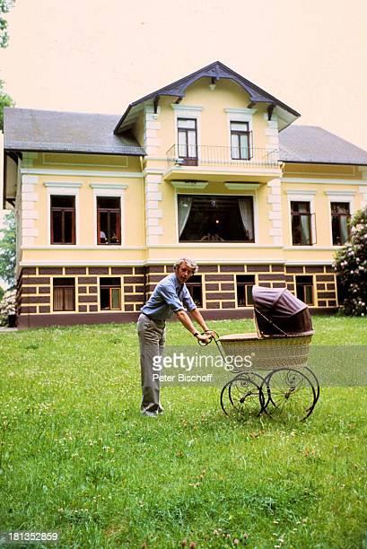 Rudi Carrell Sohn Alexander Carrell Homestory Wachendorf Syke bei Bremen/Deuschland Baby Kind Vater Spaziergang Kinderwagen Haus Showmaster Sänger...