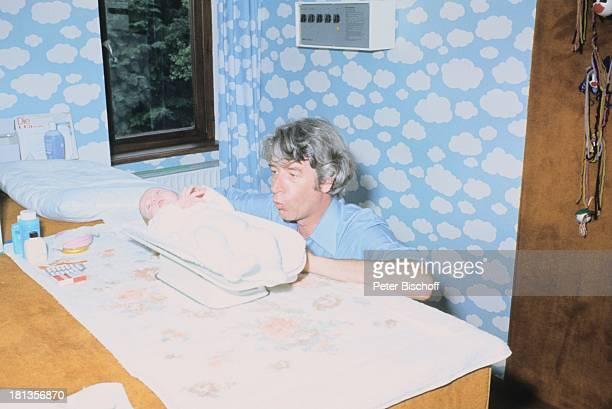 Rudi Carrell Sohn Alexander Carrell Homestory Wachendorf Syke bei Bremen/Deuschland Baby Säugling Kind Vater BabyWaage wiegen Showmaster Sänger...