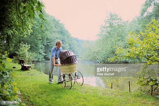 Rudi Carrell Sohn Alexander Carrell Homestory Wachendorf Syke bei Bremen/Deuschland Baby Kind Vater Spaziergang Kinderwagen See Showmaster Sänger...