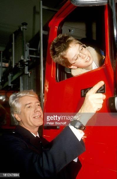 Rudi Carrell Sohn Alexander Carrell während Dreharbeiten zur ARDShow Rudis Tagesshow Bremen Deutschland FeuerwehrAuto Brille Kind Kinder Showmaster...
