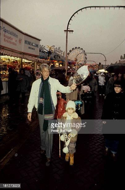 Rudi Carrell Sohn Alexander Freimarkt Bremen Luftballon Lebkuchenherz Schal Brille Mütze Kind Showmaster Moderator