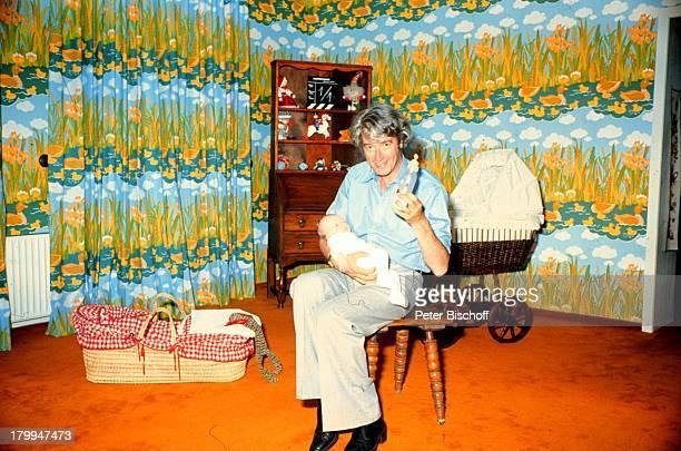 Rudi Carrell Sohn Alexander KesselaarBaby füttern HomestoryWachendorf/Syke/Bremen KinderzimmerNuckelflasche Kind Kinder Showmaster Moderator...