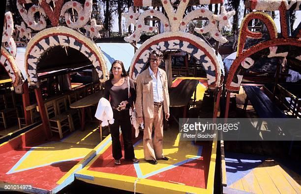 Rudi Carrell und Ehefrau Anke Urlaub in Acapulco Mexiko MittelAmerika Boot Boote Bank Bänke Stuhl Stühle Brille Zigarette Bäume Wald TVShowmaster...