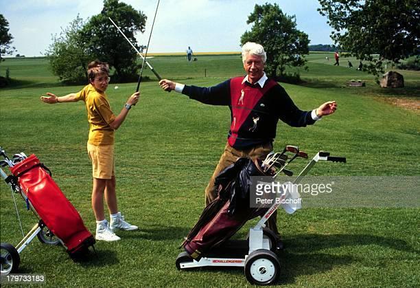Rudi Carrell und Sohn AlexanderGolfSpiel ElectroCaddy Golfplatzin Syke bei Bremen 1990 Kind Kinder Showmaster Moderator Entertainer