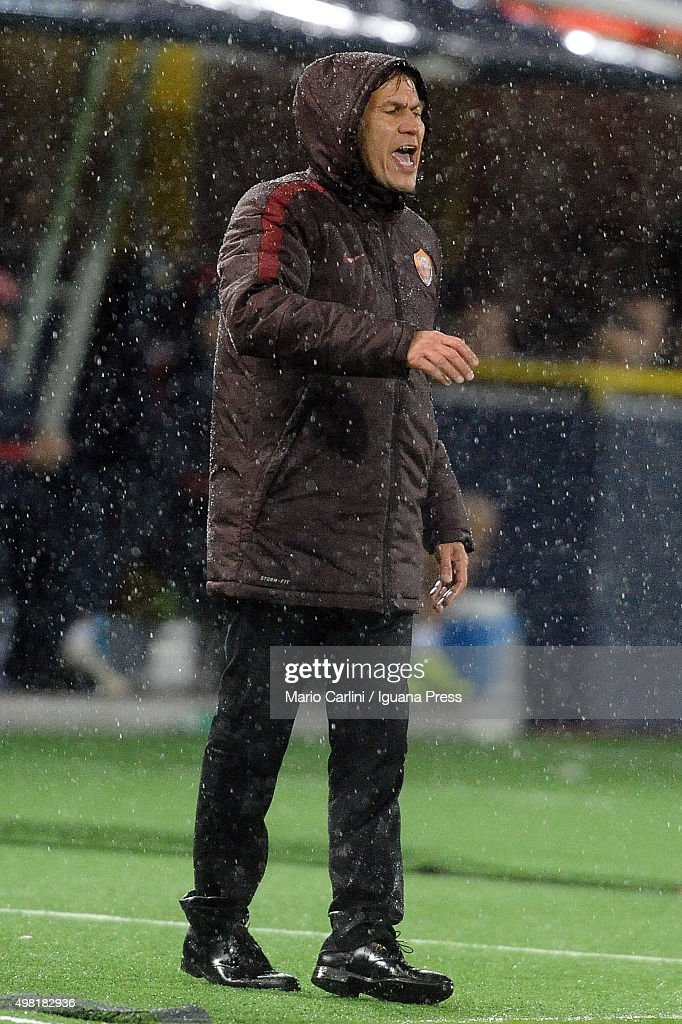 Rudi Garcia head coach of AS Roma reacts during the Serie A match between Bologna FC and AS Roma at Stadio Renato Dall'Ara on November 21, 2015 in Bologna, Italy.