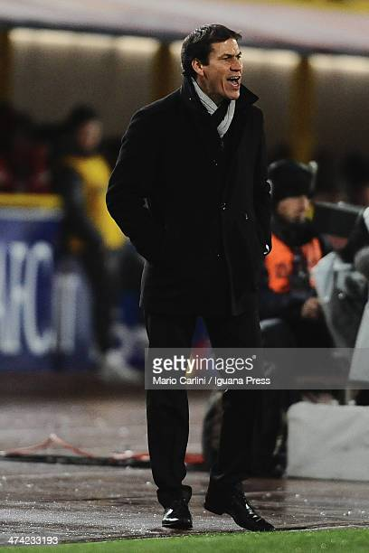 Rudi Garcia head coach of AS Roma talks to his players during the Serie A match between Bologna FC and AS Roma at Stadio Renato Dall'Ara on February...