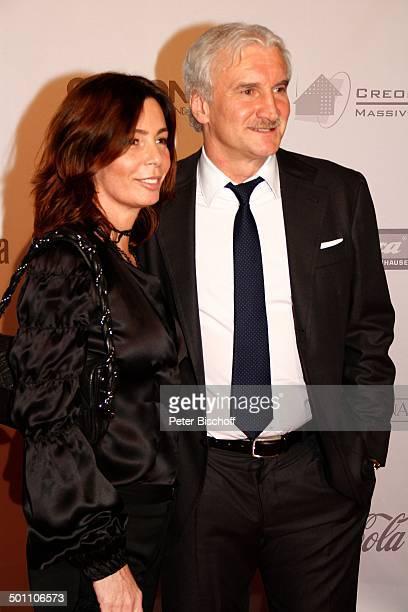 Rudi Vller Ehefrau Sabrina 1 CroexGala Hotel Maritim Dsseldorf NordrheinWestfalen Deutschland Europa Roter Teppich Benefiz Benefizgala Sponsorenwand...