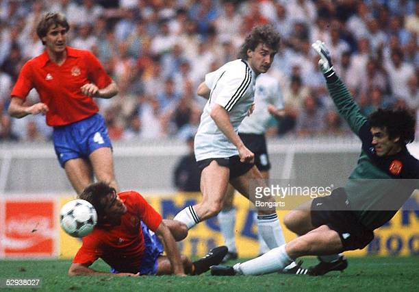 Laenderspiel in Paris DEUTSCHLAND SPANIEN 01 Rudi VOELLER/GER