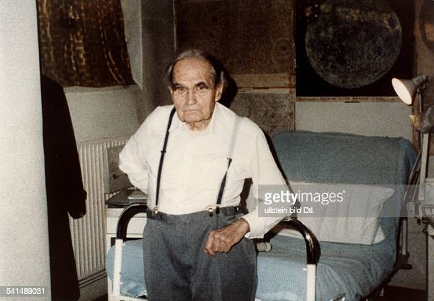 Rudolf Hess*26041894Politician NSDAP GermanyHess in the Warcriminal prison in Berlin Spandau probably in his cell undated around 1986