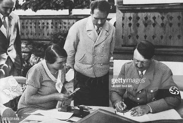 Rudolf HessRudolf HeßAdolf Hitler Politiker NSDAP D mit Rudolf Hess und Besuchern auf der Terrasse von Haus Wachenfeld dem späteren Berghof auf dem...
