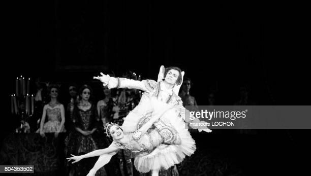 Rudolf Noureev et Eva Evdokimova dans le ballet 'La Belle au bois dormant' le 21 janvier 1976 à Paris France