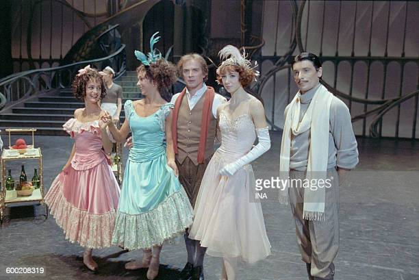 Rudolf Noureev Sylvie Guillem and dancers of the Ballet of the National Theater of the Opera of Paris on the shooting of the ballet 'Cendrillon' in...